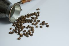 Graines de café et Turc de cuivre pour le café de brassage photographie stock