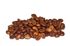 Graines de café frites sur un fond blanc Macro Photos stock