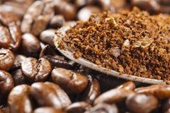 Graines de café noires et Grinded Images libres de droits