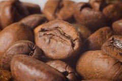 Graines de café très en gros plan, macro photographie Photos libres de droits