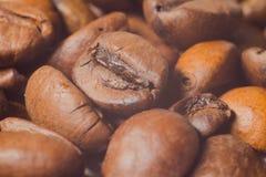Graines de café très en gros plan, macro photographie Images stock