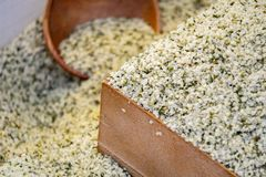 Graines de chanvre dans une cuvette en bois à vendre image stock