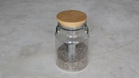 Graines de Chia dans un pot en verre banque de vidéos