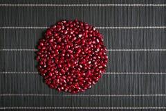 Graines de grenat en composition en cercle Photo libre de droits