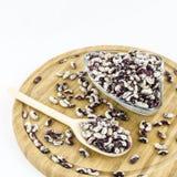 Graines de haricot sur le conseil en bois Nourriture végétarienne saine Photographie stock libre de droits