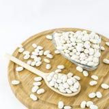 Graines de haricot sur le conseil en bois Nourriture végétarienne saine Image libre de droits