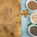 Graines de lin, chia, quinoa : les superfoods modernes, ingrédients de nourriture sains, régimes, déjeunent vue supérieure images stock