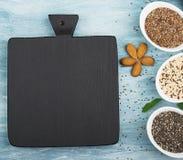 Graines de lin, chia, quinoa : les superfoods modernes, ingrédients de nourriture sains, régimes, déjeunent vue supérieure image stock