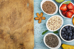 Graines de lin, chia, quinoa : les superfoods modernes, ingrédients de nourriture sains, régimes, déjeunent vue supérieure images libres de droits