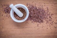 Graines de lin nutritives en mortier blanc pour des ingrédients de nourriture de régime Image libre de droits