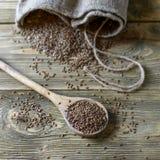 Graines de lin sur un fond en bois Photo stock