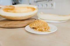 Graines de melon avec la chair sur la table de cuisine images stock