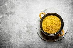 Graines de moutarde dans une cuvette Photo stock