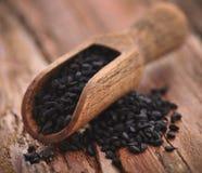 Graines de Nigella dans le scoop en bois photos libres de droits
