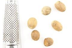 Graines de noix de muscade d'isolement sur un fond blanc Image libre de droits