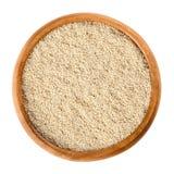 Graines de pavot cultivé dans la cuvette en bois au-dessus du blanc Image stock