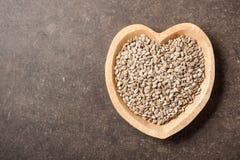 Graines de tournesol dans la cuvette en forme de coeur photos stock