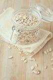 Graines de tournesol décortiquées dans le pot en verre sur le fond rustique en bois Photographie stock libre de droits