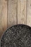 Graines de tournesol noires dans une poêle Photos stock