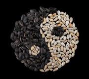 Graines de tournesol sur un fond noir sous forme de yin-Yang Vue de ci-avant Images libres de droits