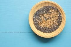 Graines diverses dans un plat en bois photo stock