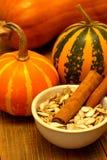 Graines et cannelle de citrouille Photo stock