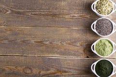 Graines et poudre crues de Superfood Photo stock