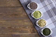Graines et poudre crues de Superfood Photographie stock