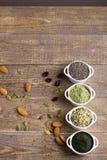 Graines et poudre crues de Superfood Photos stock