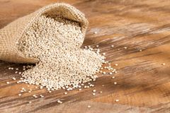 Graines organiques de quinoa dans le sac de tissu photo stock