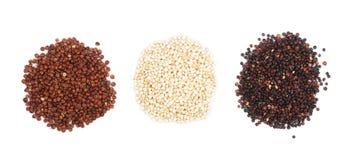 Graines rouges et blanches noires de quinoa d'isolement sur le fond blanc Vue supérieure Photo stock
