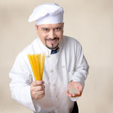 Grains amicaux de spaghetti et de quinoa de Holding Dry Quinoa de chef Photographie stock