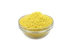 Grains crus de millet dans un récipient en verre Photographie stock libre de droits