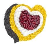 Grains de céréale dedans à des haricots en forme de coeur et rouges, haricots verts, riz Image libre de droits