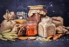 Grains de céréale, farine d'avoine, pois jaunes, lentilles rouges, beanso image libre de droits