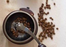 Grains de café aromatiques de matin dans le cezve photographie stock libre de droits
