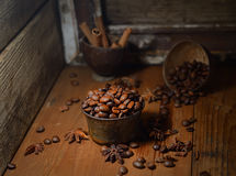 Grains de café aromatisés, anis d'étoile, cannelle sur le fond en bois foncé photos libres de droits