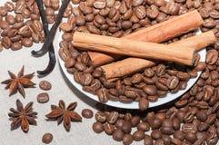 Grains de café avec de la cannelle Photographie stock