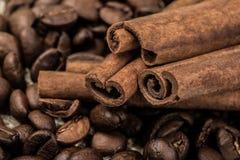 Grains de café avec des bâtons de cannelle sur le textile de sac image libre de droits