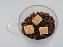 Grains de café avec des cubes en sucre brun image stock