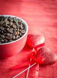 Grains de café avec deux coeurs Images libres de droits
