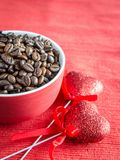Grains de café avec deux coeurs Image libre de droits