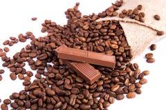 Grains de café avec du chocolat Photographie stock