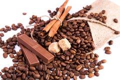 Grains de café avec du chocolat et la cannelle Photographie stock libre de droits