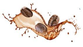 Grains de café avec l'éclaboussure d'isolement sur le blanc image libre de droits