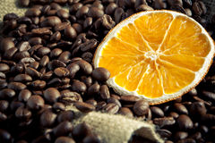 Grains de café avec l'orange Photographie stock