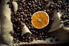 Grains de café avec l'orange Photographie stock libre de droits