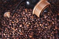 Grains de café avec la broyeur Photos stock