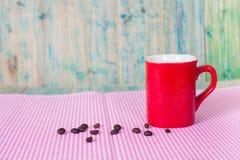 Grains de café avec la cuvette Photo stock