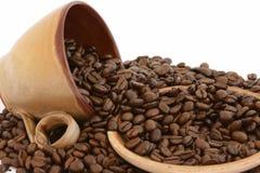 Grains de café avec la cuvette et la plaque Photos stock